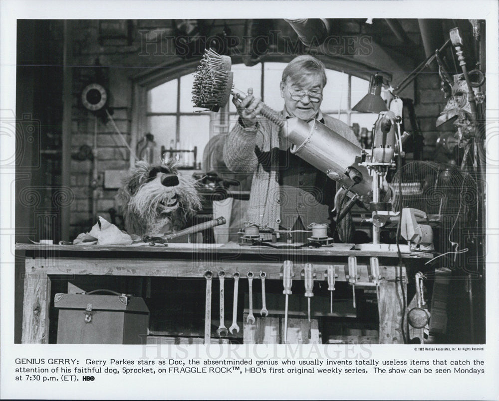1982 Press Photo Fraggle Rock Series Doc Actor Gerry Parkes With Sprocket - Historic Images