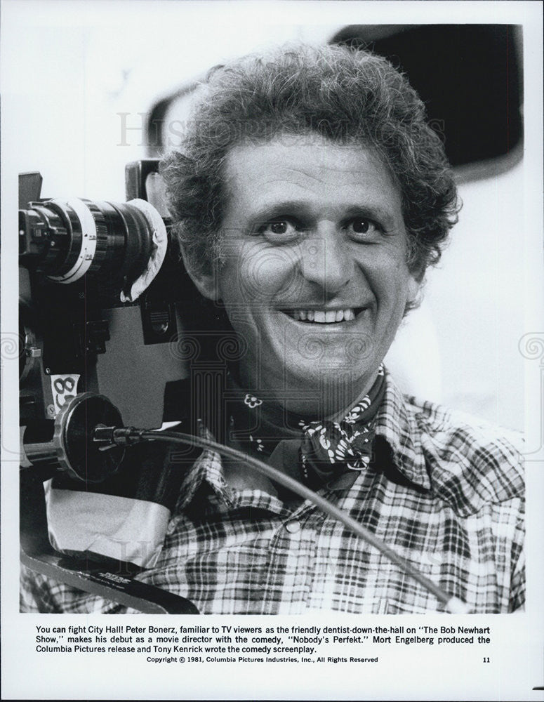 "1981 Press Photo Peter Bonerz directs the movie ""Nobody's Perfekt."" - Historic Images"