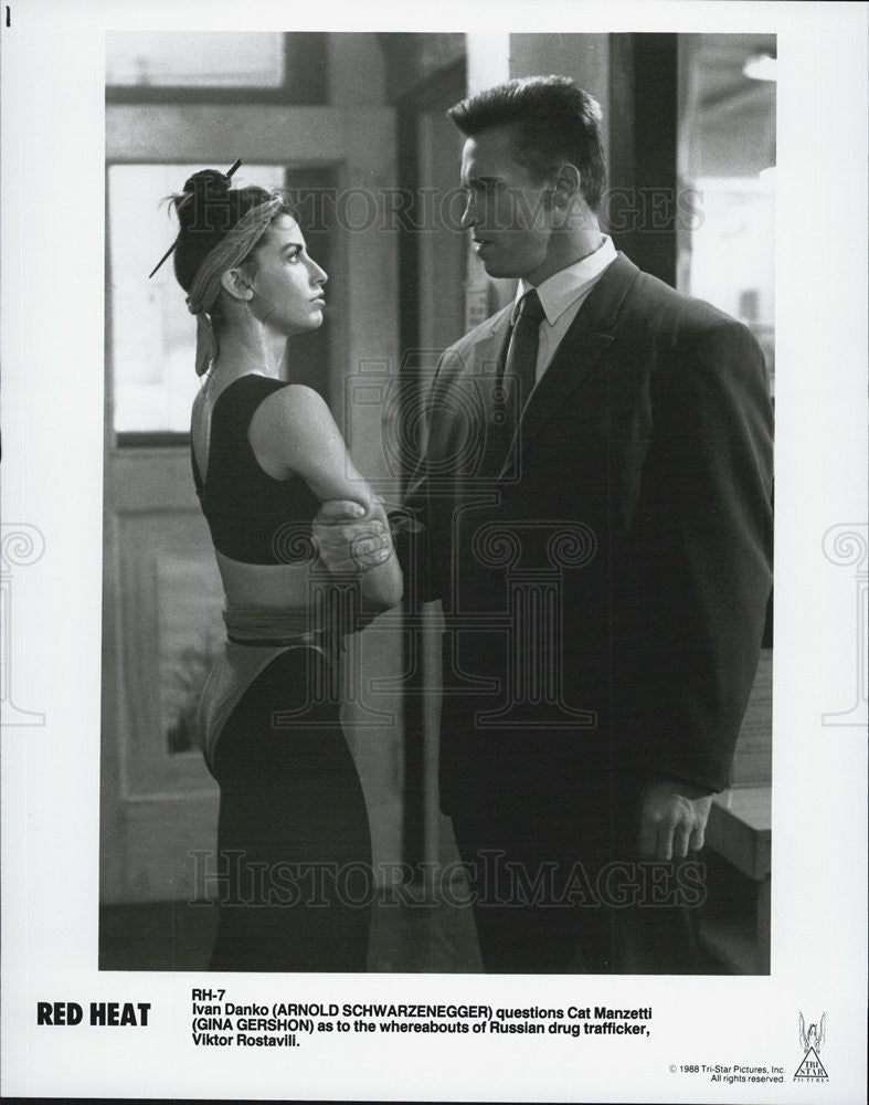 1988 Press Photo of Actor Arnold Schwarzenegger and Actress Gina Gershon. - Historic Images
