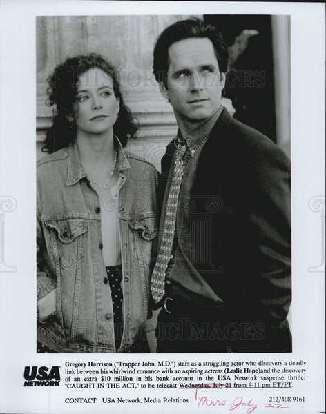 "2004 Press Photo of Gregory Harrison & Leslie Hope in ""Caught in the Act"" - Historic Images"