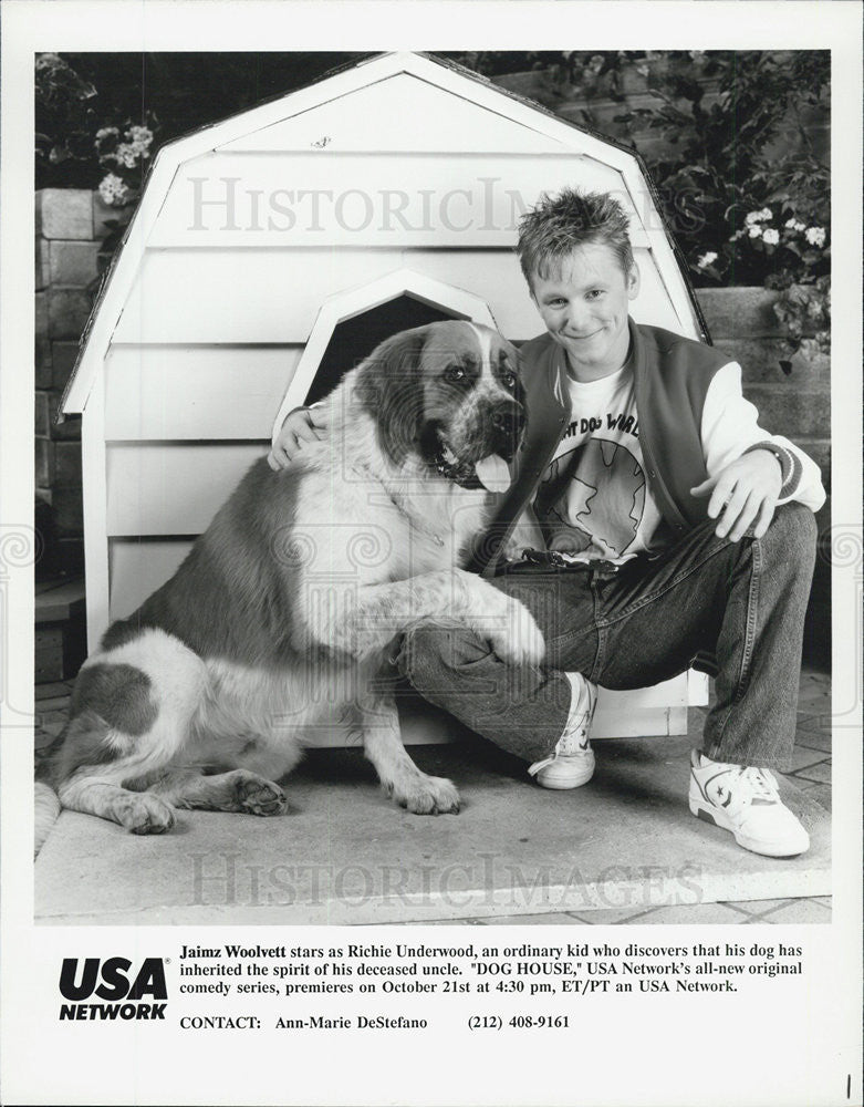 "1990 Press Photo Jaimz Woolvet in ""Dog House."" - Historic Images"