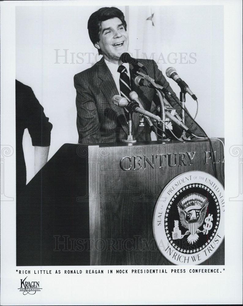 Press Photo Rich Little as Ronald Reagan in a mock presidential press conf. - Historic Images