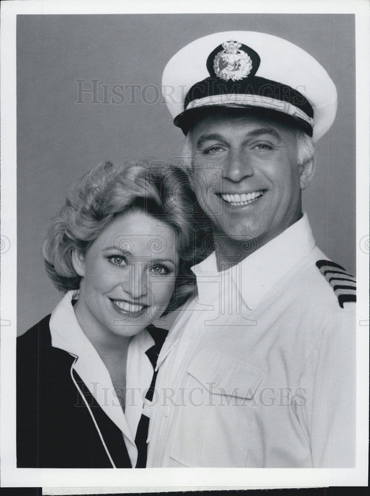 "1981 Press Photo Lauren Tewes & Gavin MacLeod on ""The Love Boat"" - Historic Images"
