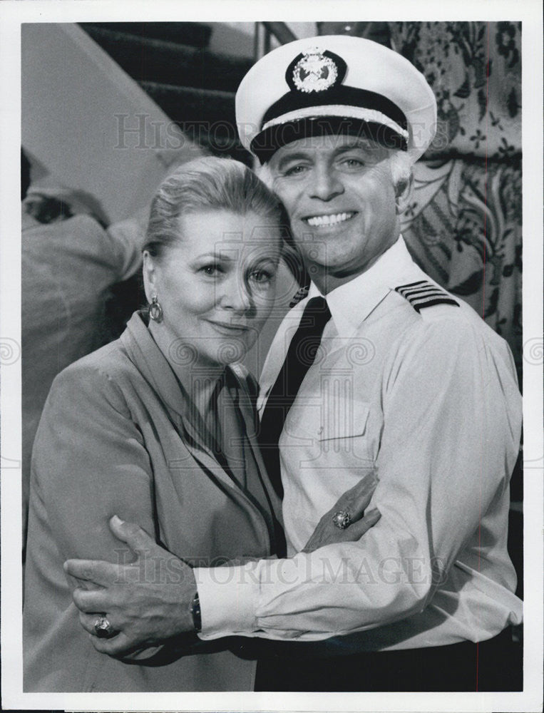 "1981 Press Photo Joan Fontaine & Gavin MacLeod on ""The Love Boat"" - Historic Images"