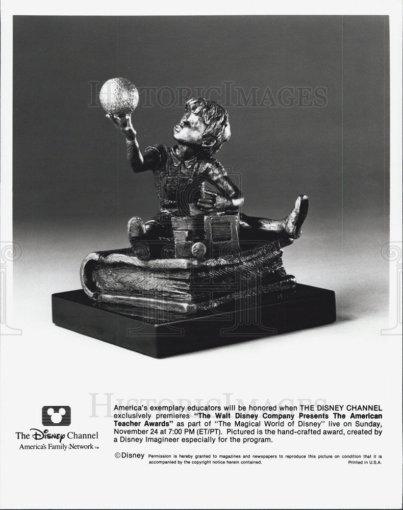 Press Photo Disney Presents American Teacher Awards shown is handcrafted award - Historic Images