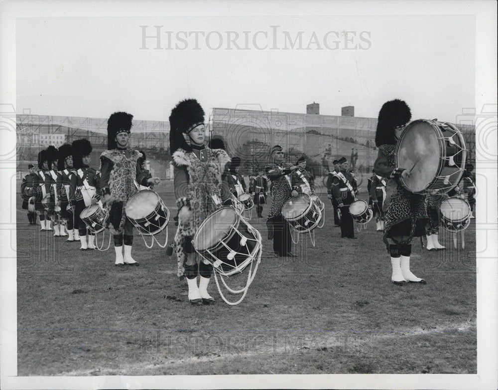 1947 Press Photo Scotch Drummers prepare to cross Maifeld,Olympic Stadium,Berlin - Historic Images