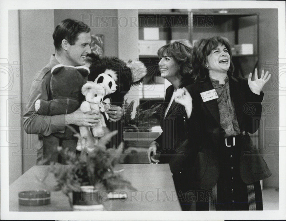 1981 Press Photo Charles Grodin Penny Marshall and Cindy Williams - Historic Images