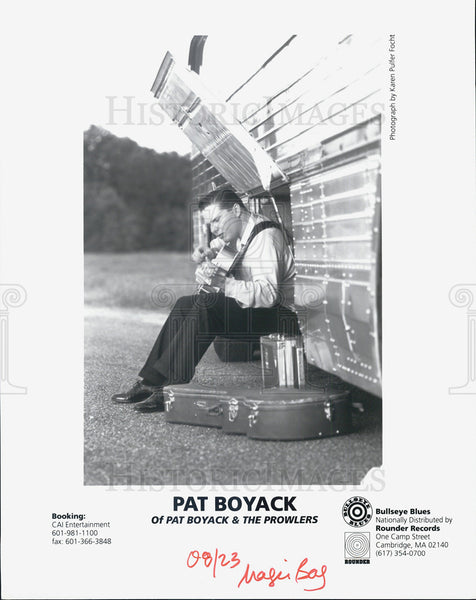 1923 Press Photo Pat Boyack of Pat Boyack & The Prowlers, playing by their bus. - Historic Images