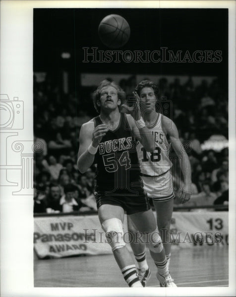 Press Photo Ken Benson Milwaukee Bucks Jersey #54 - Historic Images