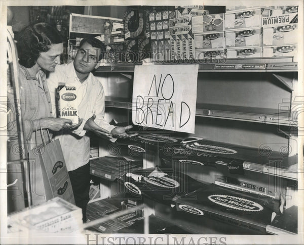 1962 Bakery workers strike left bread shelves bare in Chicago - Historic Images