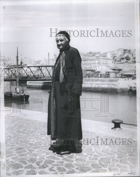1935 Lisbon Portugal Old Woman River - Historic Images