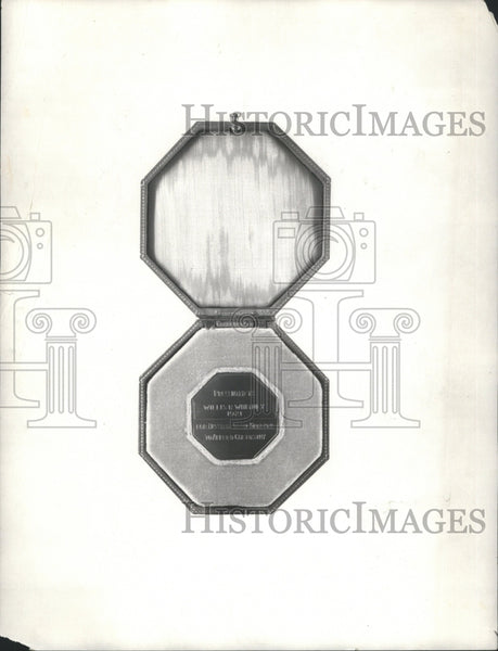 1921 Press Photo Medal Medallion Object Struck Cast