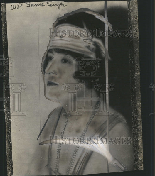 1925 Press Photo Edna Ancher Granford Paintaining Old