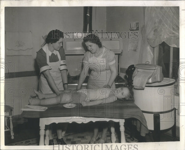 1943 Press Photo Nurse Tomas Shows Mother Kenny Method
