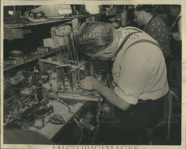 1940 Press Photo Coin Machine Industry