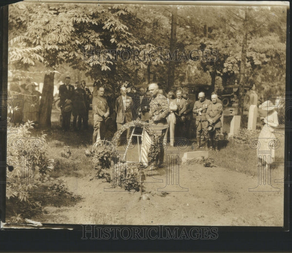 1923 Press Photo Guy Wilson Placing Wreath Grave