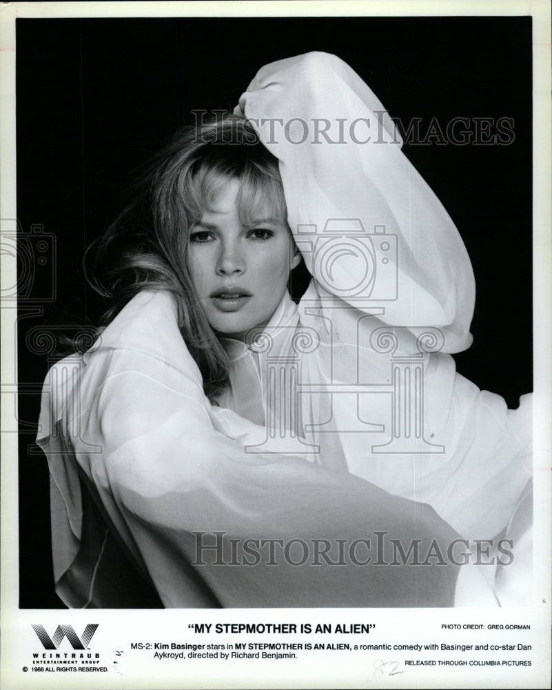 1988 Press Photo Kim Basinger Stepmother Alien Movie - RRW26207 - Historic Images