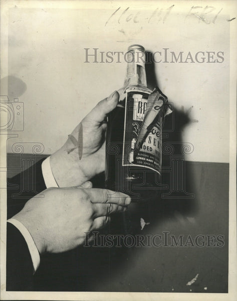 1944 Press Photo California label pasted liquor sold - RRW40149 - Historic Images