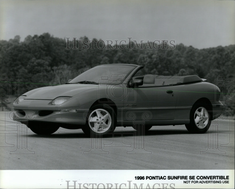 1996 press photo pontiac sunfire se convertible rrw63201 historic images historic images outlet