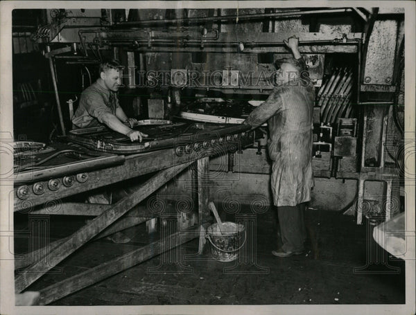 1937 Press Photo Fisher Body Plant Giant Press - RRW64591 - Historic Images