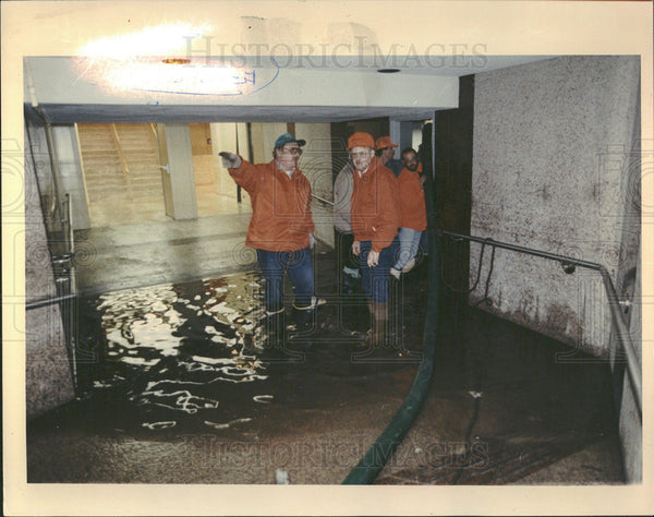 1992 Press Photo Workers Check Flooded Chicago Building - Historic Images