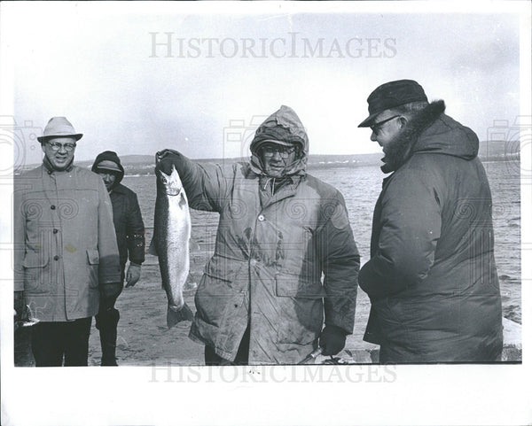 1968 Press Photo Robert Rutherford And Steelhead Fish - Historic Images