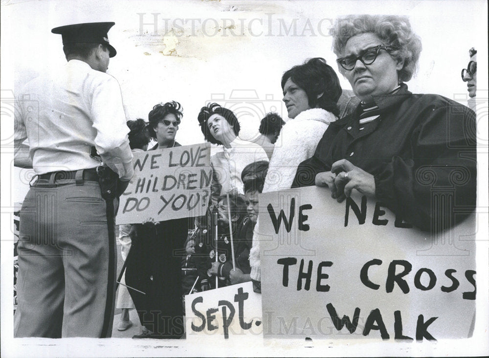 1971 Press Photo Picketing Woman Clerk Plymouth - Historic Images