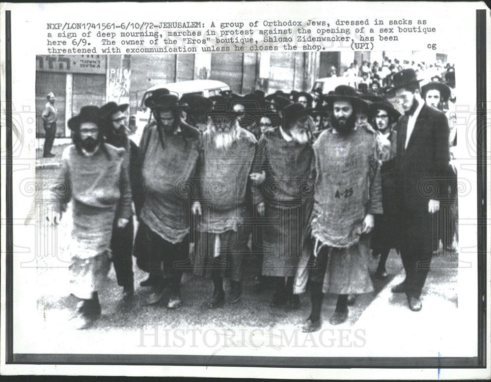 1972 Press Photo Eros Orthodox Jews Picketing Protester - Historic Images