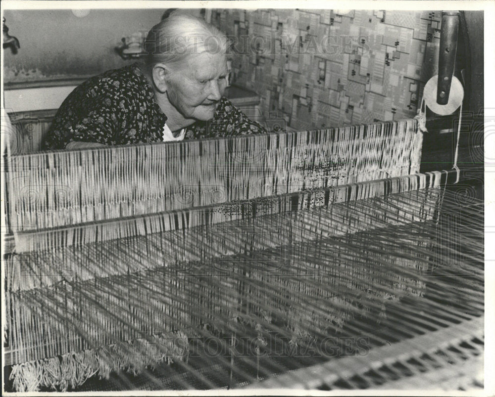 1941 Press Photo Beata Larson Kewaree weaving  - Historic Images