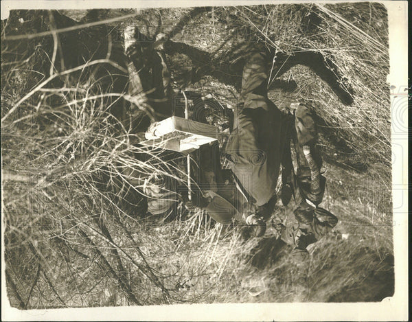 1934 Press Photo Sheriff Balms assistant hunting bullet - Historic Images