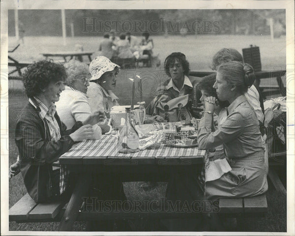 1976 Press Photo Picnickers Before Performance - Historic Images