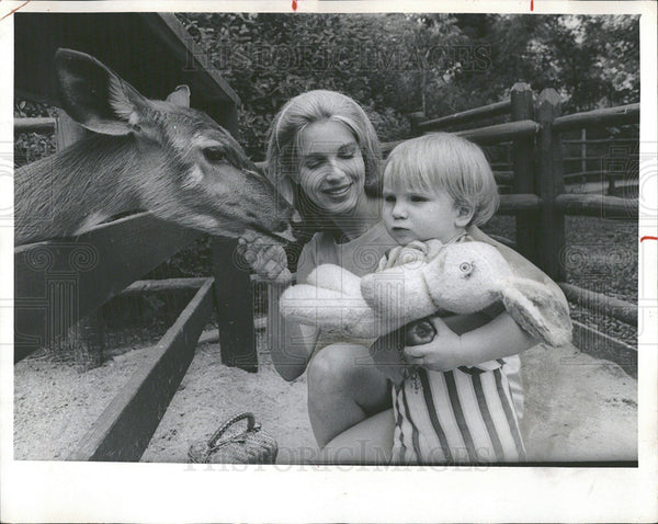 1969 Press Photo Deer Child Mother Children's Zoo - Historic Images