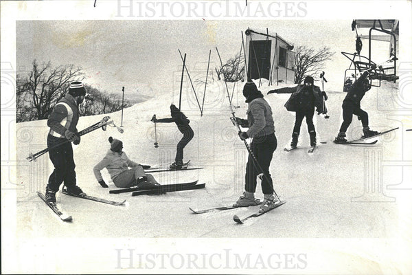 1979 Press Photo Skiers Leaving Lift Spills Badluck  - Historic Images