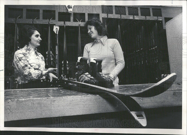 1977 Press Photo Manager Carol Rokosz Tina Belleno ski - Historic Images