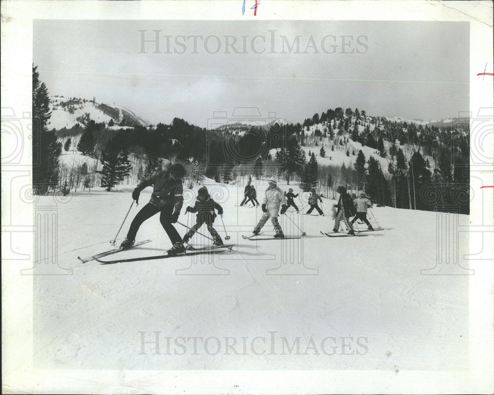 1974 Press Photo Kiddie Class of Beginners Skiing - Historic Images