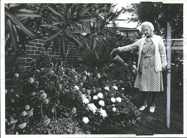 1979 Press Photo Miss Clara Bode w/flowers - Historic Images