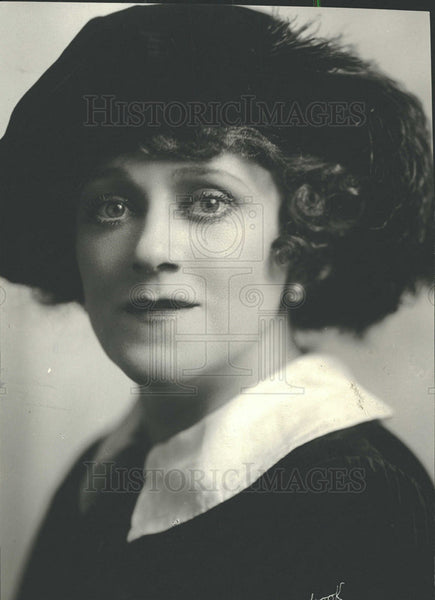 1923 Singer Hempel Portrait Closeup - Historic Images