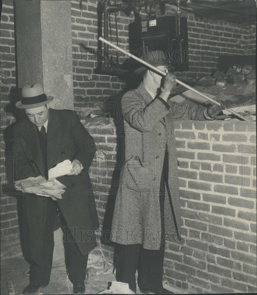 Press Photo Men in Overcoats & Hats Investigation - Historic Images