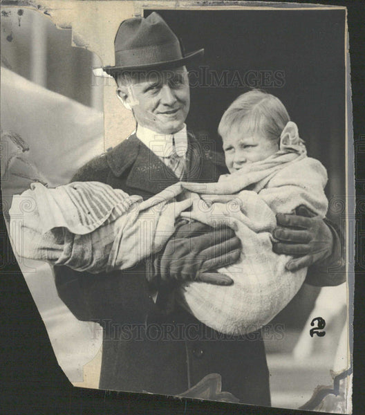 1917 Press Photo Dr Gingenbach Carrying Child - Historic Images