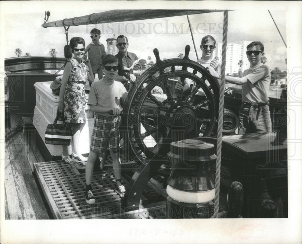 1971 Press Photo Tourists Pin Company Boat - Historic Images
