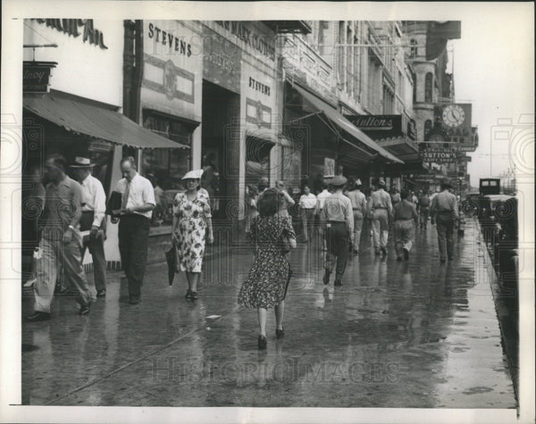 1945 Press Photo Canal Street Crowd Overcomes Rain - Historic Images