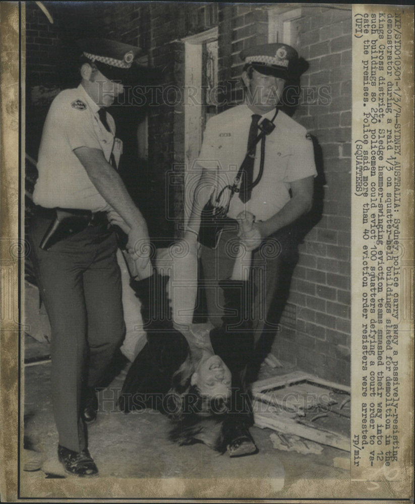 1974 Press Photo Sydney Police Carry Away Demonstrator - Historic Images