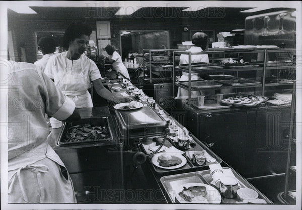1968 Press Photo Detroit Hospital Herman Keefer Cooking - Historic Images