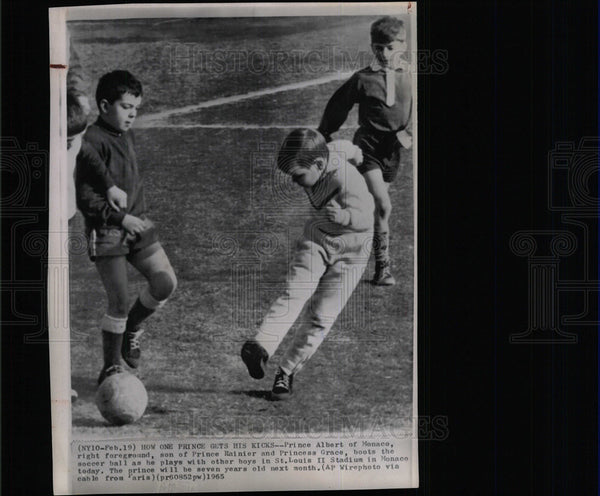 1965 Press Photo Prince Albert soccer ball Rainier game - Historic Images