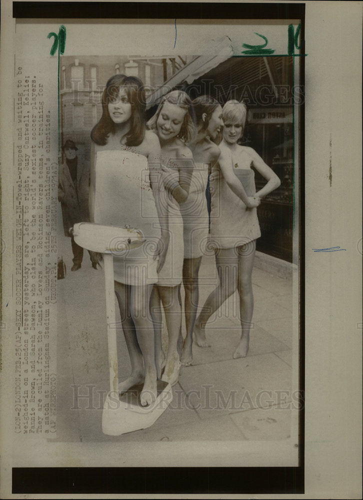 1971 Press Photo Towel Wrap Wait Weigh London Street  - Historic Images