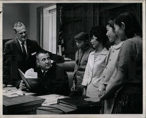 1966 Press Photo Students Familiarize Citizenship Class - Historic Images