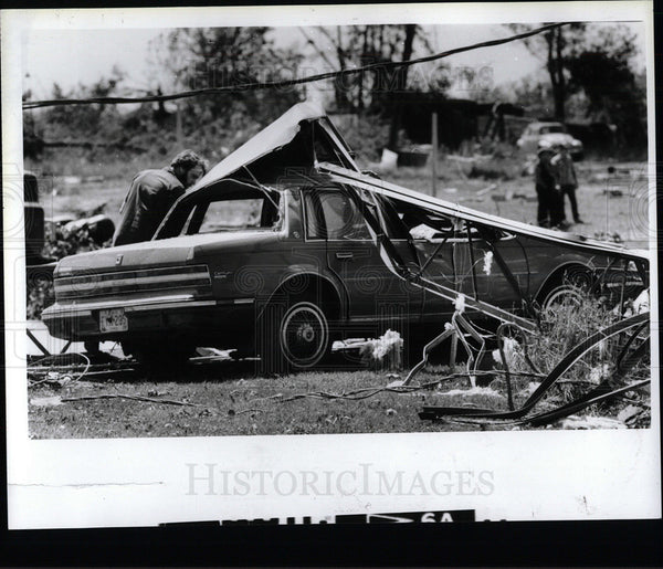 1985 Press Photo Looking over a wrecked car in Ohio. - Historic Images