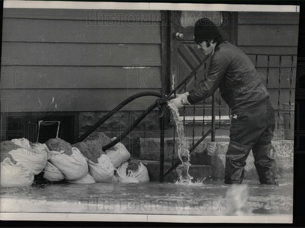 1916 Press Photo Tim McGrath Stops Water Flooding Home. - Historic Images