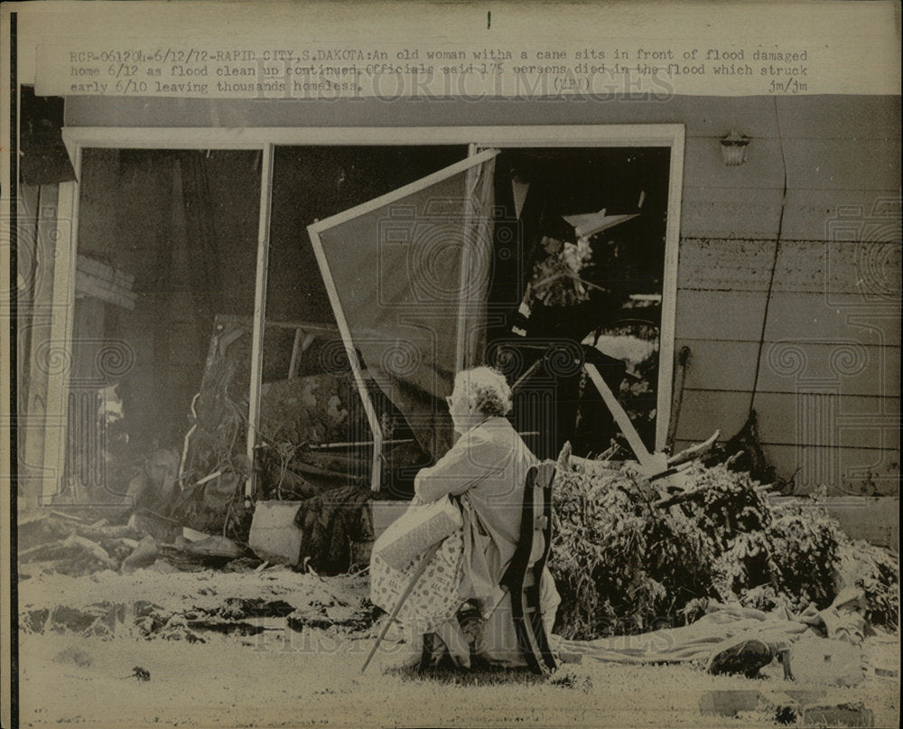 1972 Press Photo Old woman cane flood damage home  - Historic Images