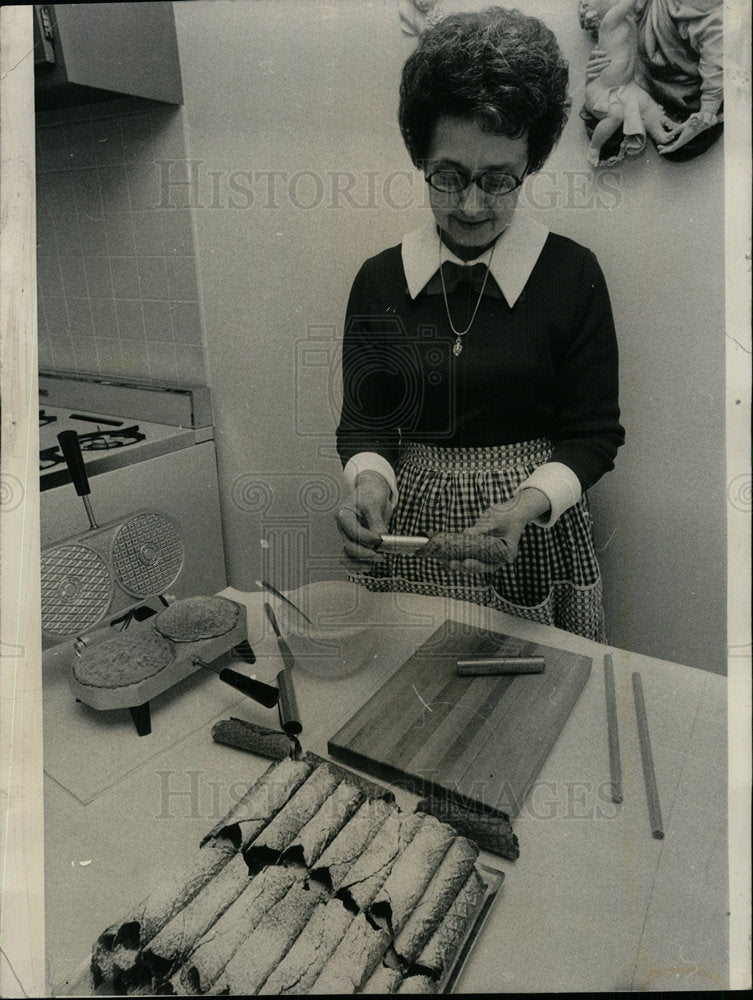 1974 Press Photo Cooking hobby object people cannoli  - Historic Images